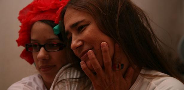 """Dona Edilene Sena Leal (dir.), mãe de Jakeline, recebe abraço de amiga ao ver a eliminação da filha do """"BBB12"""" pela televisão, em Feira de Santana (25/1/12)"""