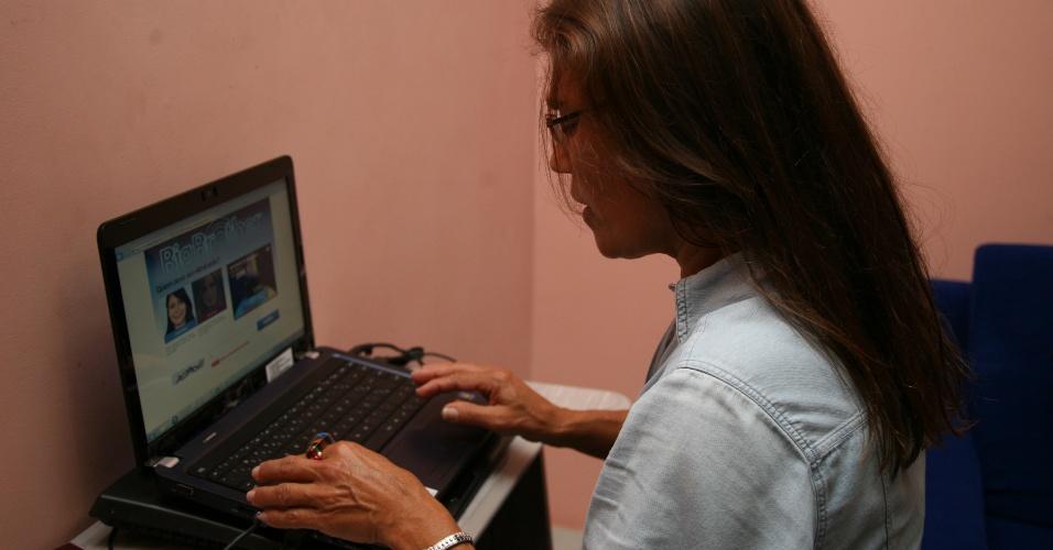 Dona Edilene Sena Leal, mãe de Jakeline, vota pela filha na internet (24/1/12)