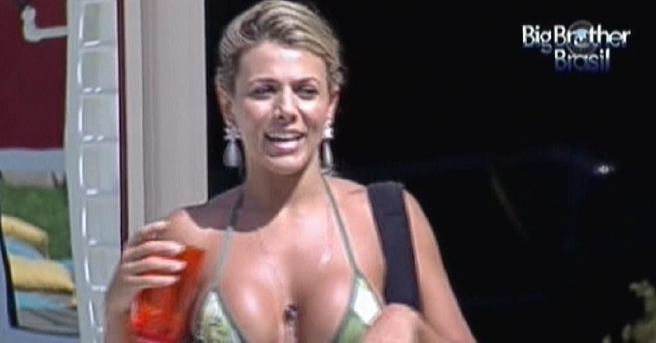 Fabiana usa um copo como microfone para cantar músicas sertanejas (25/1/12)