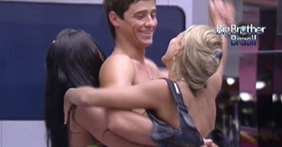Fael dança sertanejo com Kelly (de vermelho) e Fabiana na sala (25/1/12)