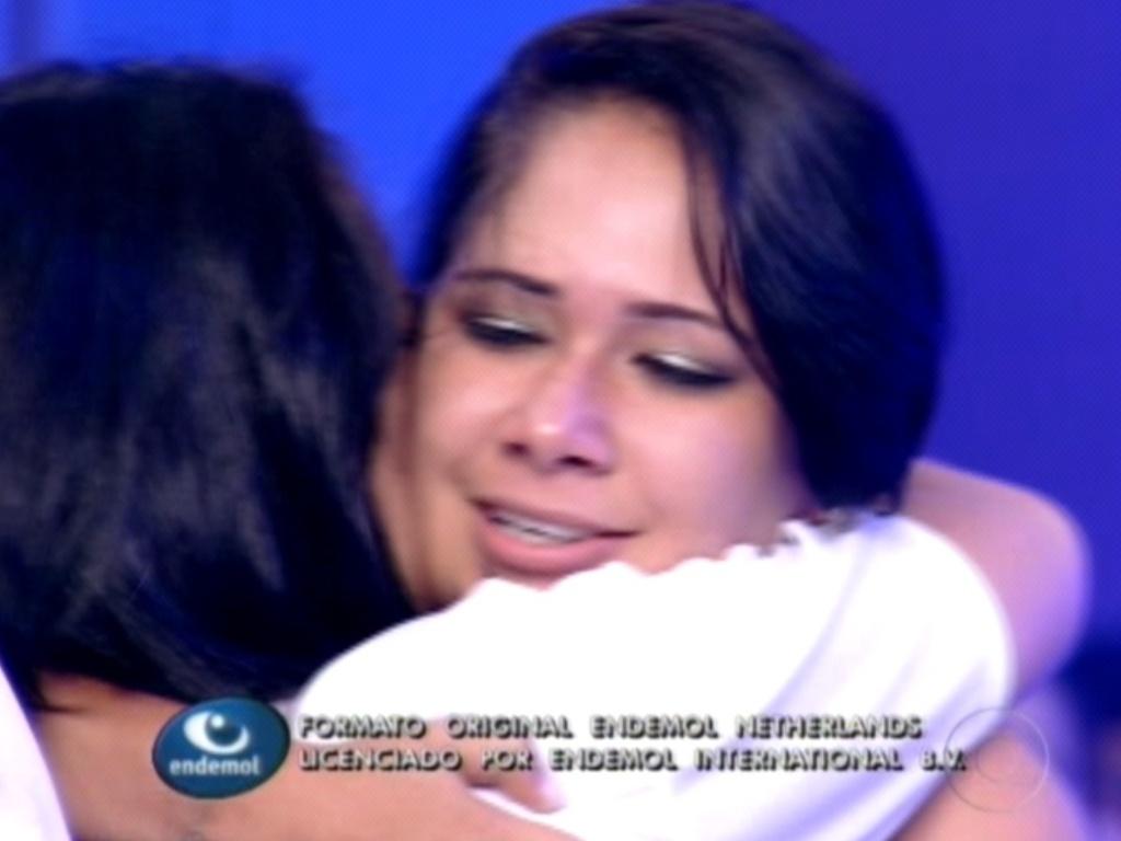 Jakeline é recebida e abraçada pelos familiares após ser eliminada do