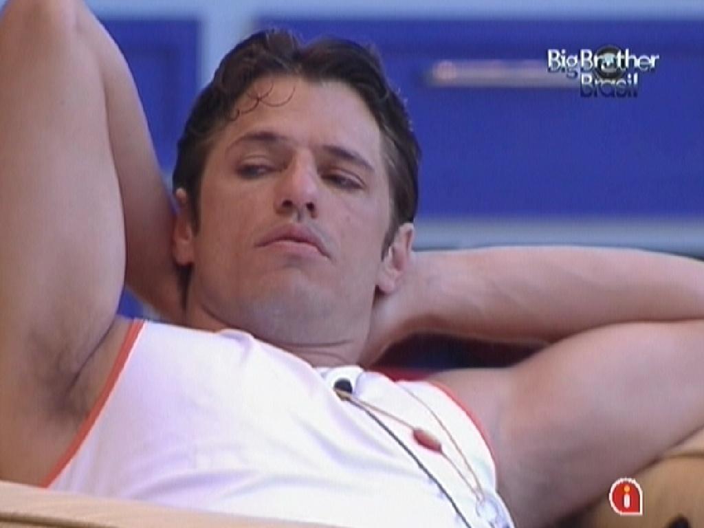 João Maurício relaxa na varanda enquanto conversa com João Carvalho (25/1/12)