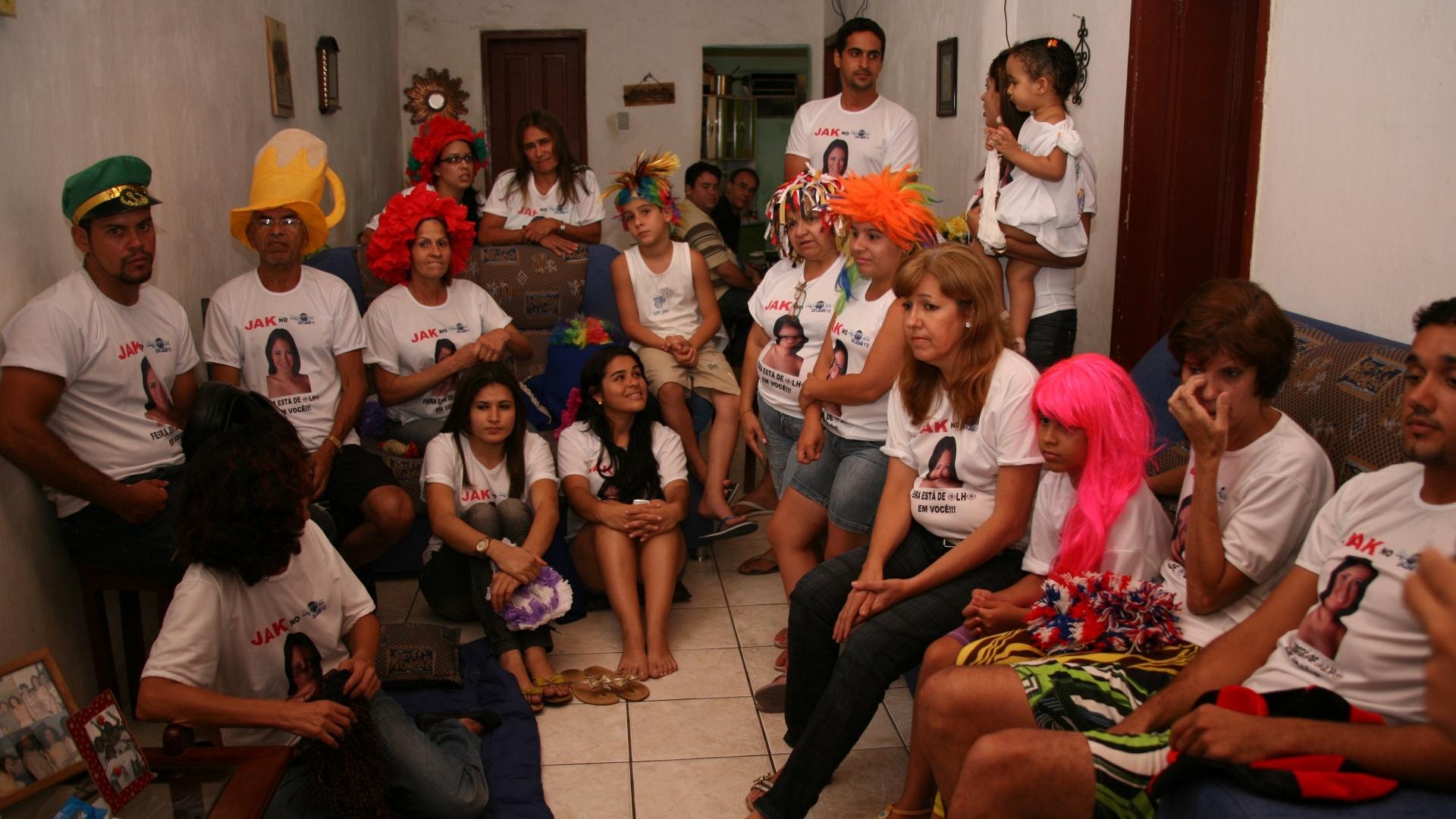 Dona Edileide Sena Leal, mãe de Jakeline e amigos reunidos para assistir o programa (24/1/12)