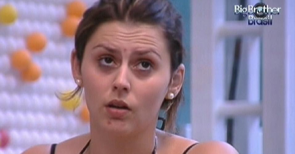 Mayara conversa com Kelly enquanto malha na academia (25/1/12)
