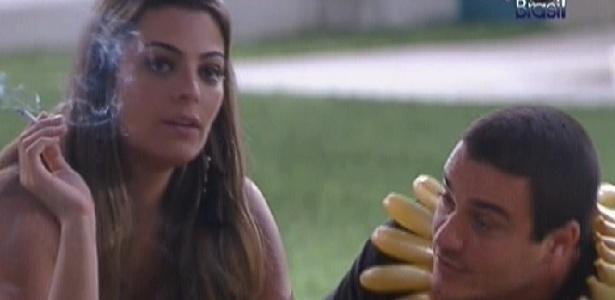 Monique e Rafa conversam na área externa da casa (24/1/12)