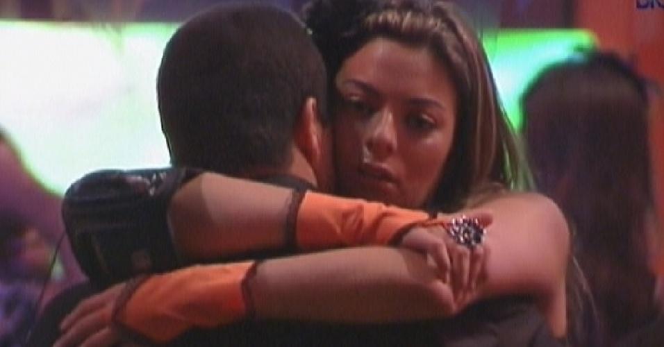 Monique e Rafa se abraçam após reafirmarem amizade (25/1/12)
