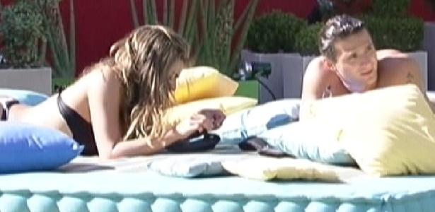 Monique e Ronaldo tomam sol e conversam no futon (25/1/12)