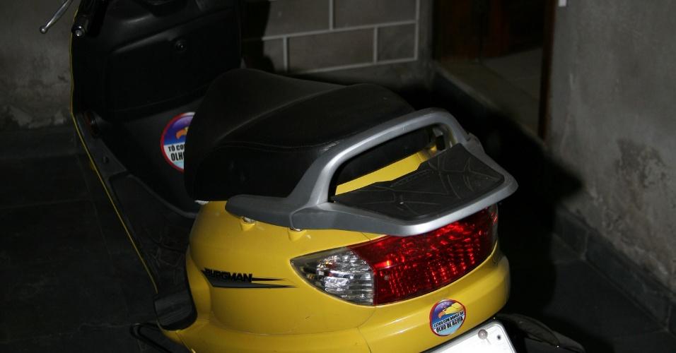 Moto amarela de Jakeline, na garagem da casa da ex-BBB, em Feira de Santana (25/1/12)
