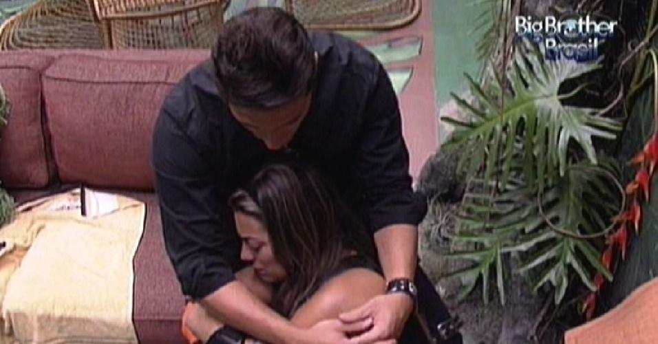 Ronaldo abraça Monique após briga dela com Rafa (25/1/12)