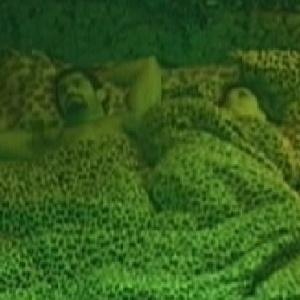 Yuri e Laisa conversam antes de dormir no quarto Selva (24/1/12)