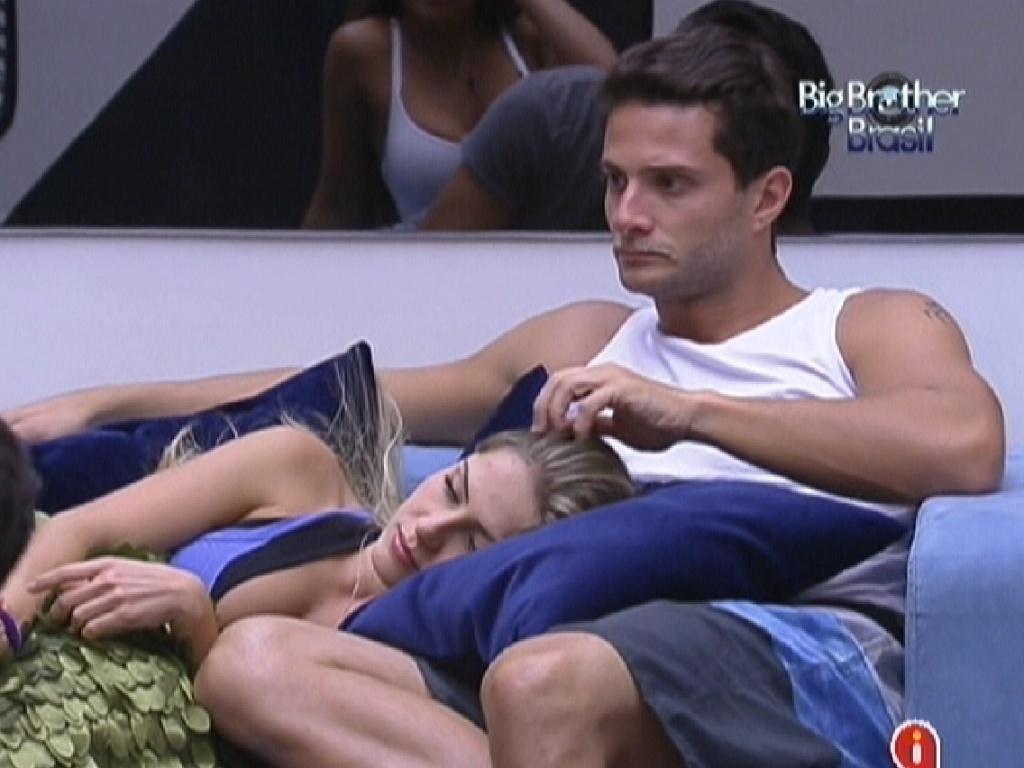 Deitada no colo de Ronaldo, Renata recebe carinhos do brother (26/1/12)