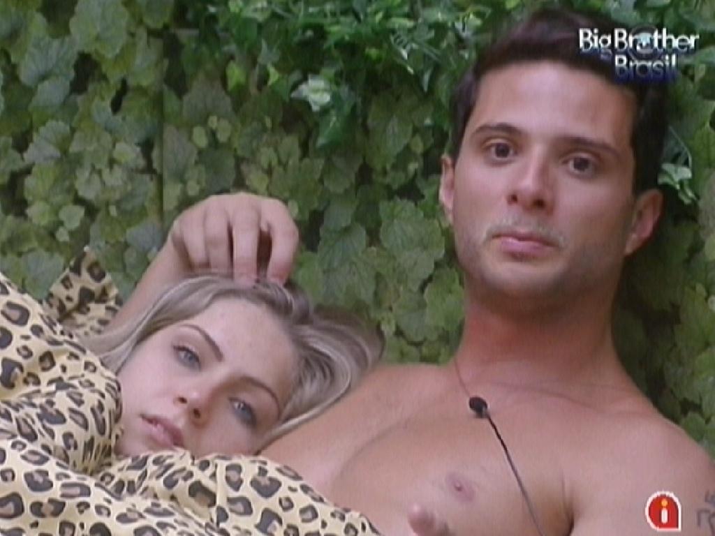 Deitados na cama, Ronaldo faz carinho em Renata (26/1/12)