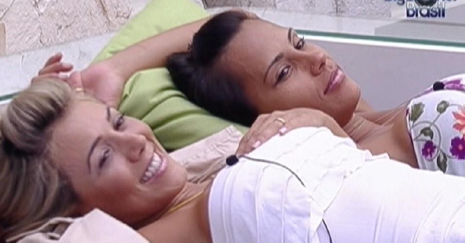 Fabiana e Kelly descansam após limparem o banheiro da casa (26/1/12)