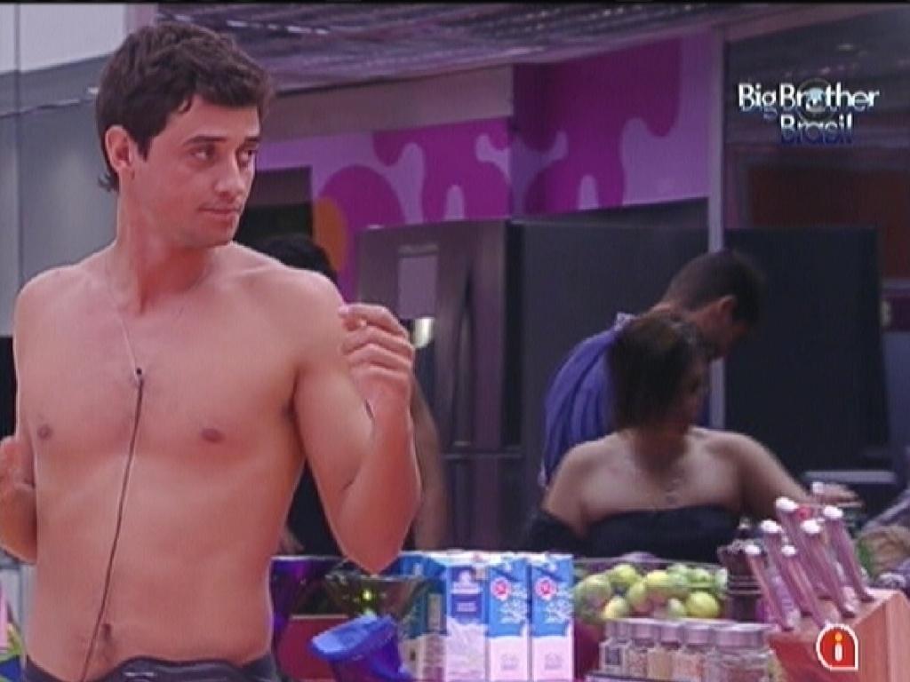 Fael conversa com João Maurício e Jonas na cozinha (26/1/12)