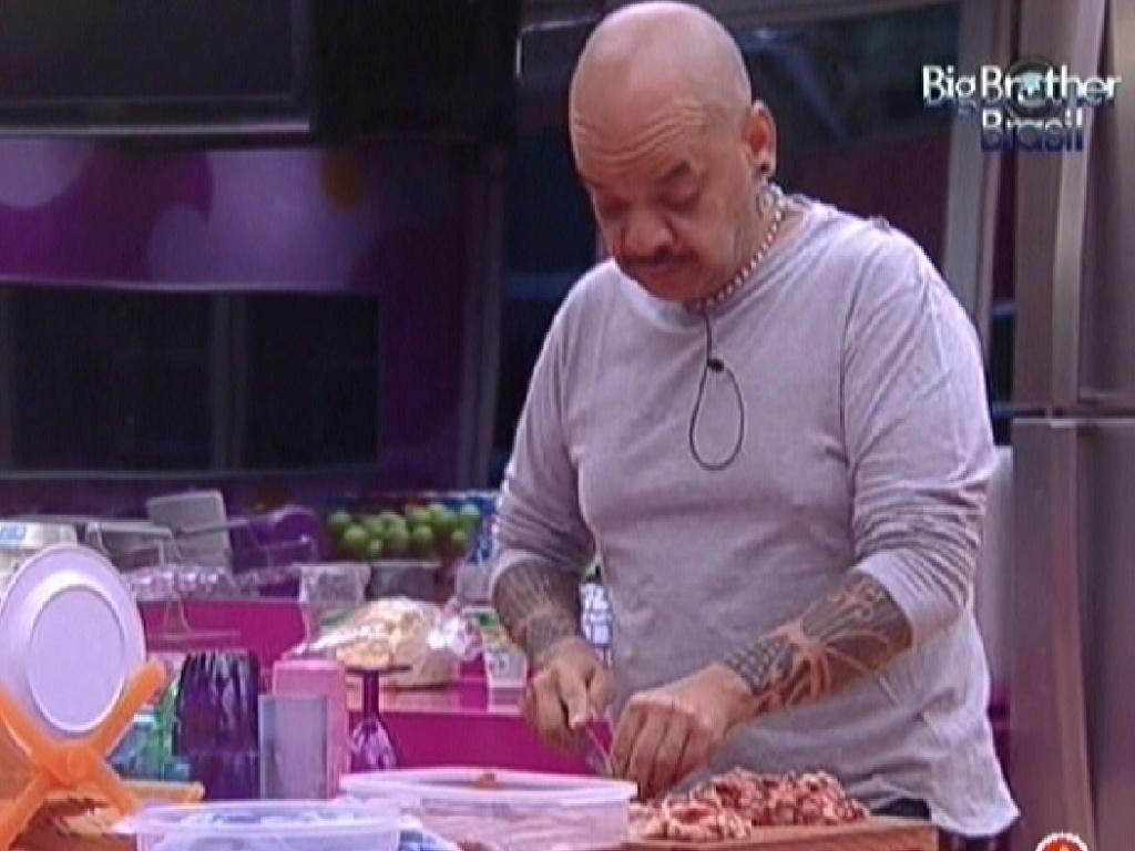 João Carvalho, cantarolando, prepara o almoço desta quinta-feira (26/1/12)