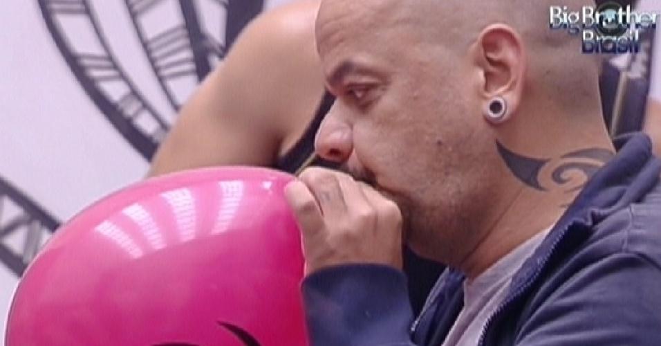 João Carvalho enche balão para a festinha de Fabiana (26/1/12)