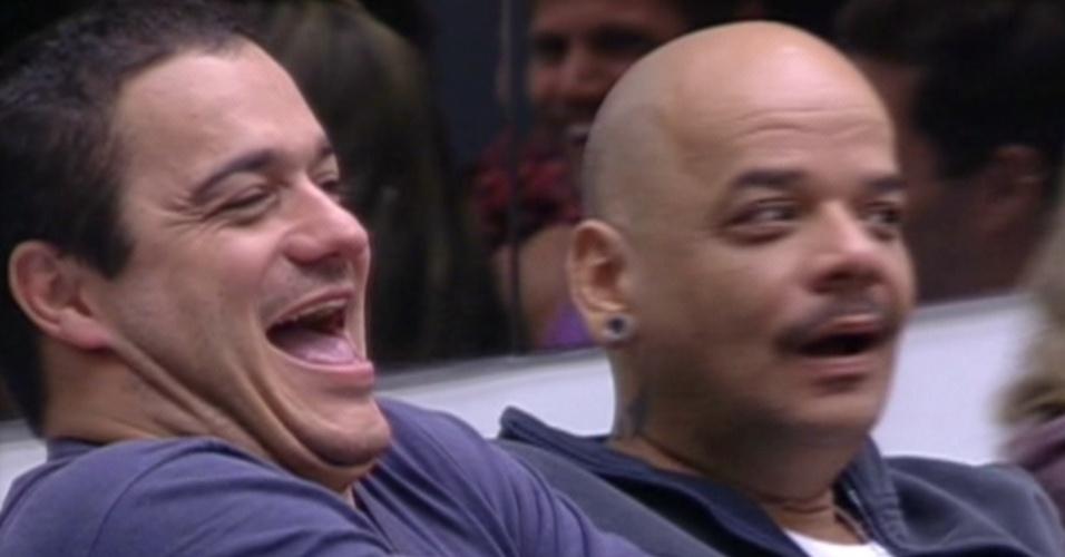 João Carvalho se assusta, após Rafa falar para Bial que ele foi o autor da ideia de jogar ovos em Fabiana pelo seu aniversário (26/1/12)