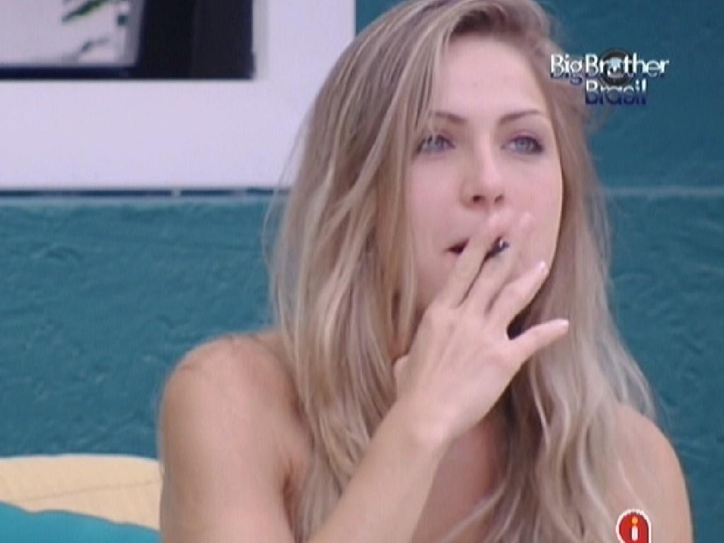 Renata fuma um cigarro na varanda da casa (26/1/12)