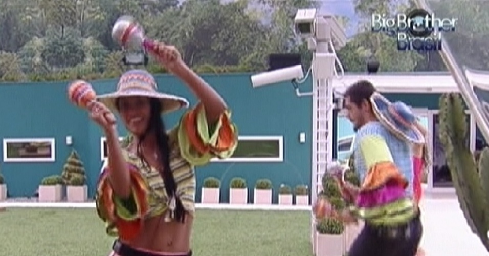 Kelly dança música mexicana com chocalhos ao lado de Yuri (27/1/12)