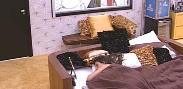 Laisa dorme no quarto do líder ao lado de um porta-retrato com uma foto sua (27/1/12)