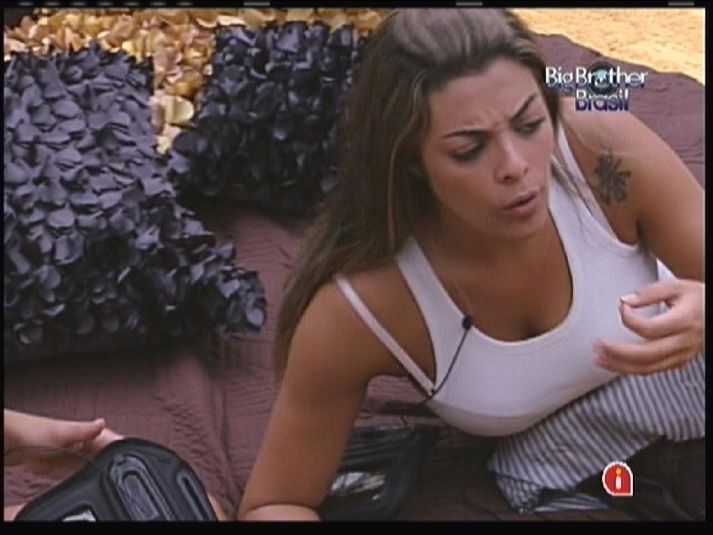 Monique fica indignada com atitudes de João Maurício (26/1/12)