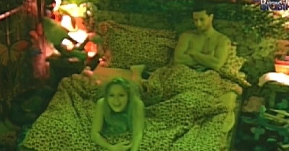 Renata e Ronaldo brincam no quarto Floresta (26/1/12)