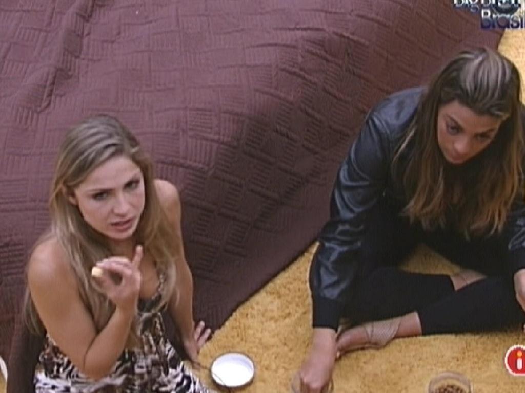 Renata (esq.) e Monique confabulam sobre quem indicarão para o paredão (27/1/12)