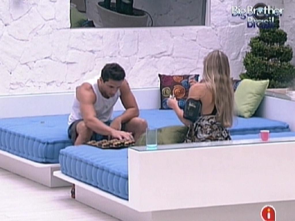 Ronaldo joga gamão com Renata no jardim da casa (27/1/12)