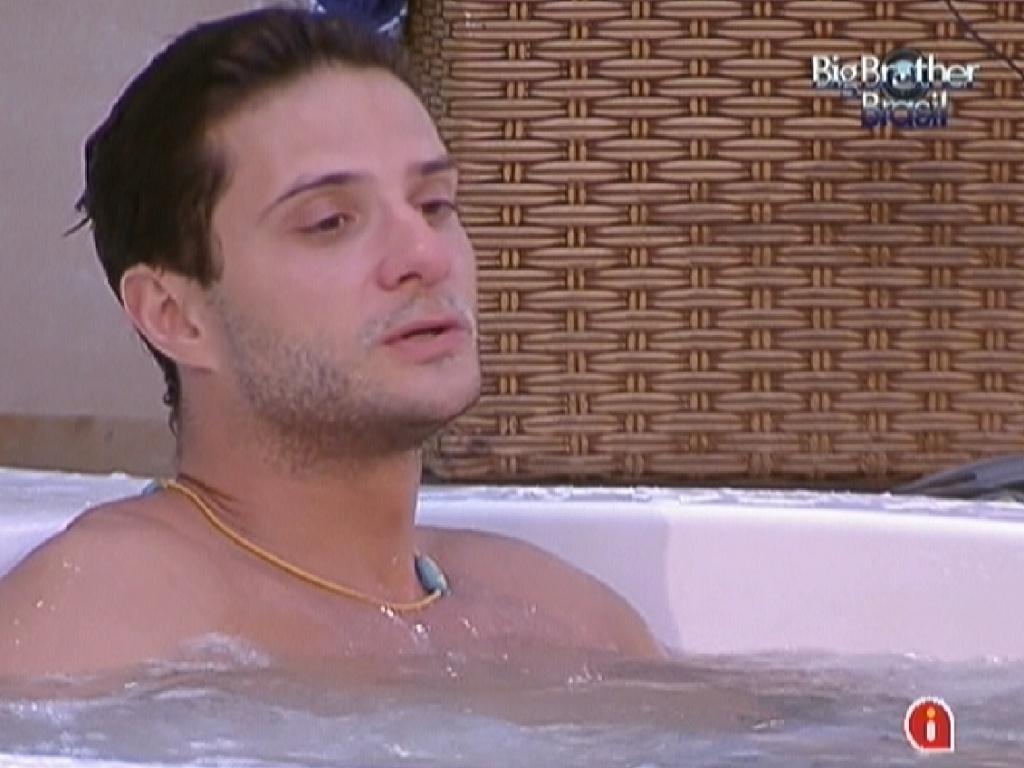 Vencedor da prova do anjo, Ronaldo toma banho de ofurô durante a tarde (27/1/12)
