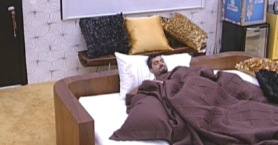 Yuri aproveita a cama da líder, Laisa (27/1/12)