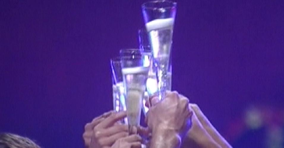 Brothers brindam com champanhe no começo da festa Aquarius (28/1/12)
