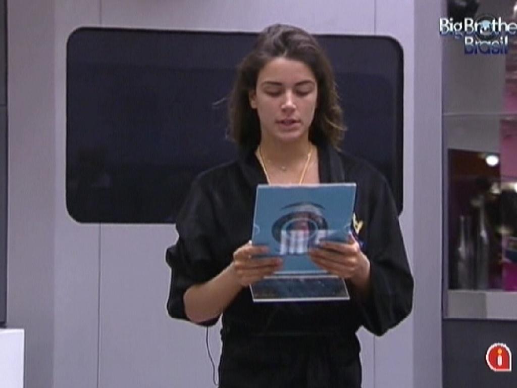 Com brothers reunidos na sala, Laisa lê as regras da prova da comida (28/1/12)