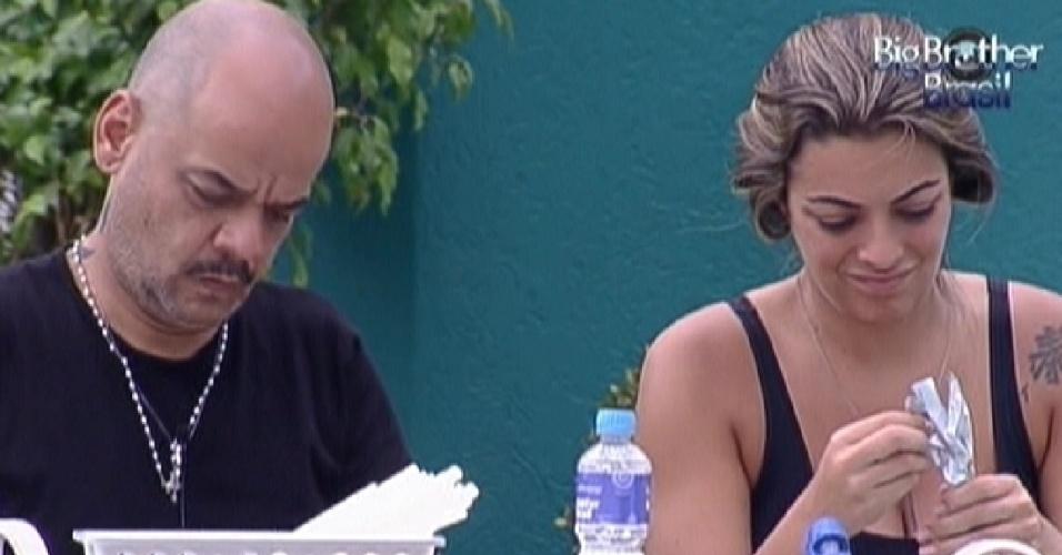 João Carvalho e Monique durante a prova da comida (28/1/12)