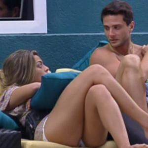 Monique e Ronaldo conversam na parte externa da casa (27/1/12)
