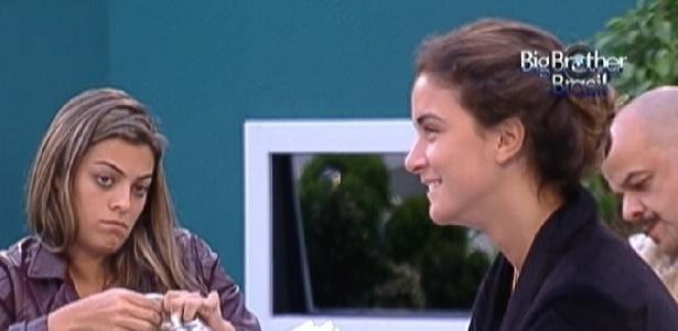 Monique (esquerda) fica irritada após discutir com Laisa (direita) (28/1/12)