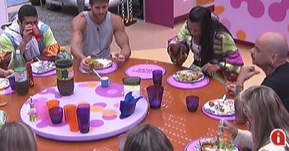 Participantes fazem pausa na prova da comida para almoçar (28/1/12)