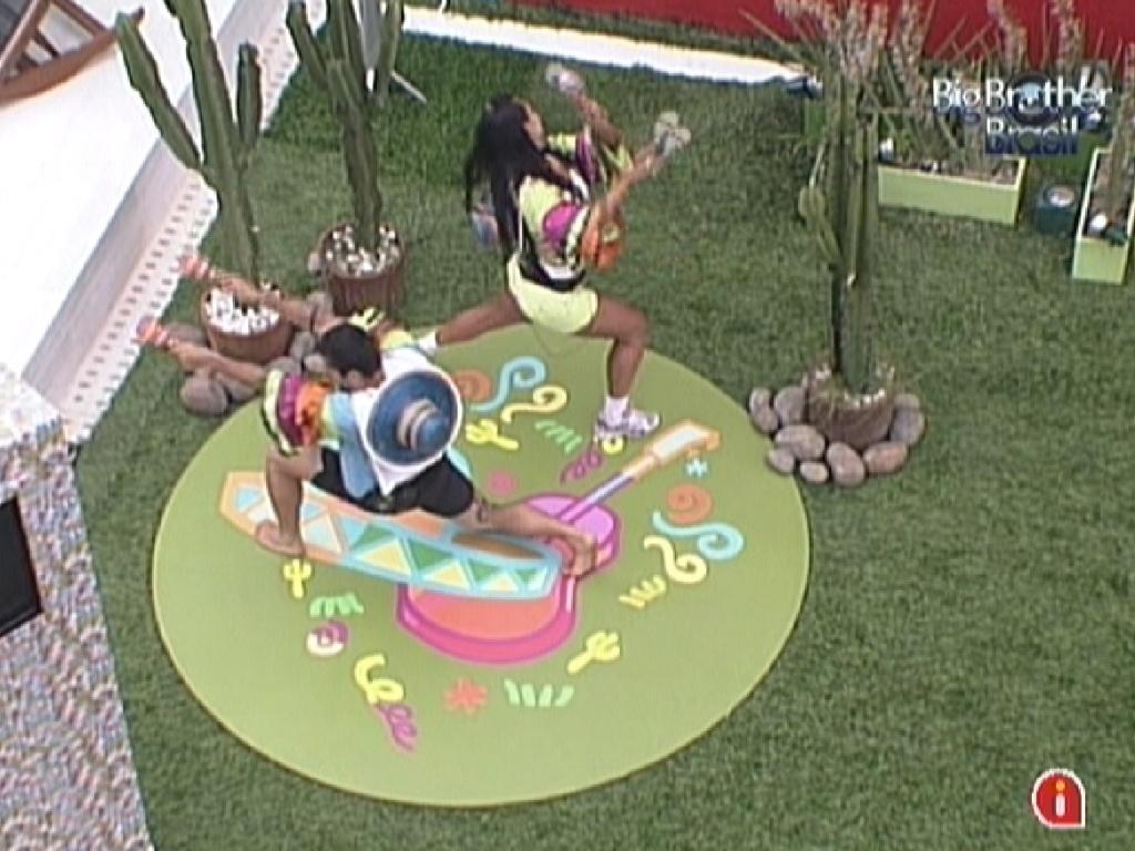Yuri e Kelly fazem coreografia ao som de música mexicana para pagar o castigo do monstro (28/1/12)
