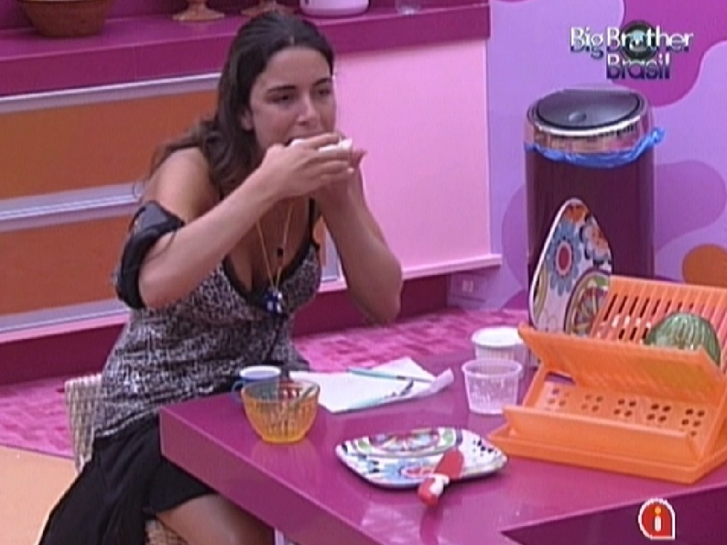 A líder Laisa faz um intervalo da prova da comida para fazer um lanchinho (29/1/12)