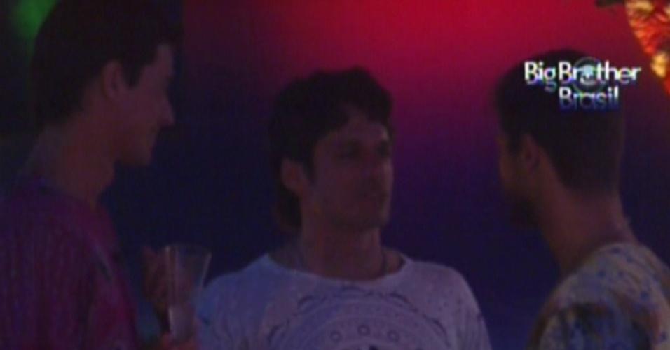 João Maurício, Jonas e Fael conversam na festa (28/1/12)