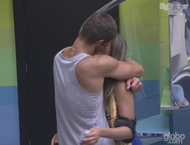 Jonas beija Monique depois de festa (28/1/12)