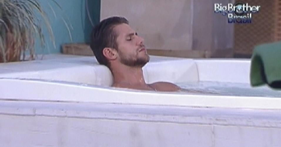 Jonas relaxa na hidromassagem durante a noite (29/1/12)