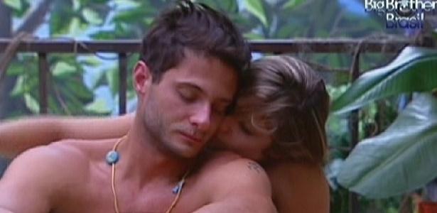 Renata dá um beijo no pescoço de Ronaldo, após acordarem. Os dois dividem a cama no quarto Floresta