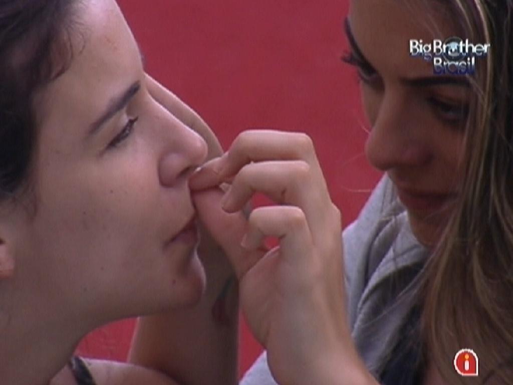 Tentativa das sisters em 'depilar' o buço com durex falha (29/1/12)
