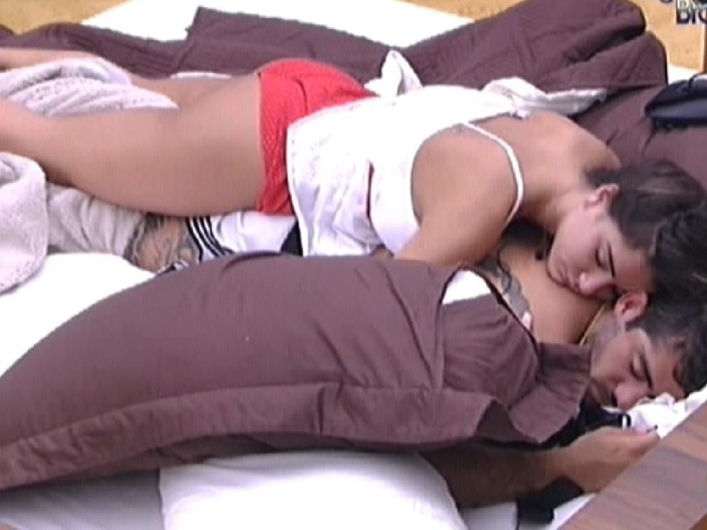 Ainda de olhos fechados, Laisa tenta acordar o brother Yuri nesta segunda-feira (30/1/2012)