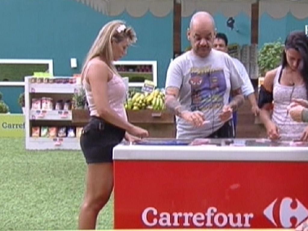 Fabiana (esq.), João Carvalho e Kelly fazem as compras da semana (30/1/2012)