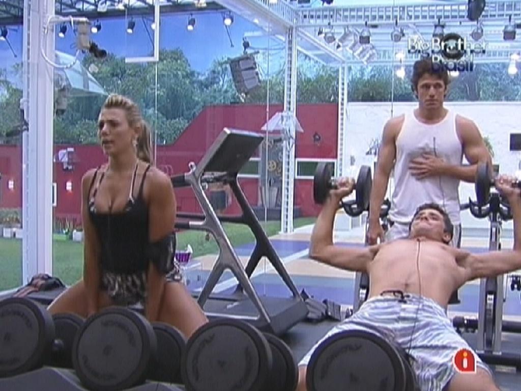 Fabiana, Fael e João Maurício fazerm exercícios na academia (30/1/12)