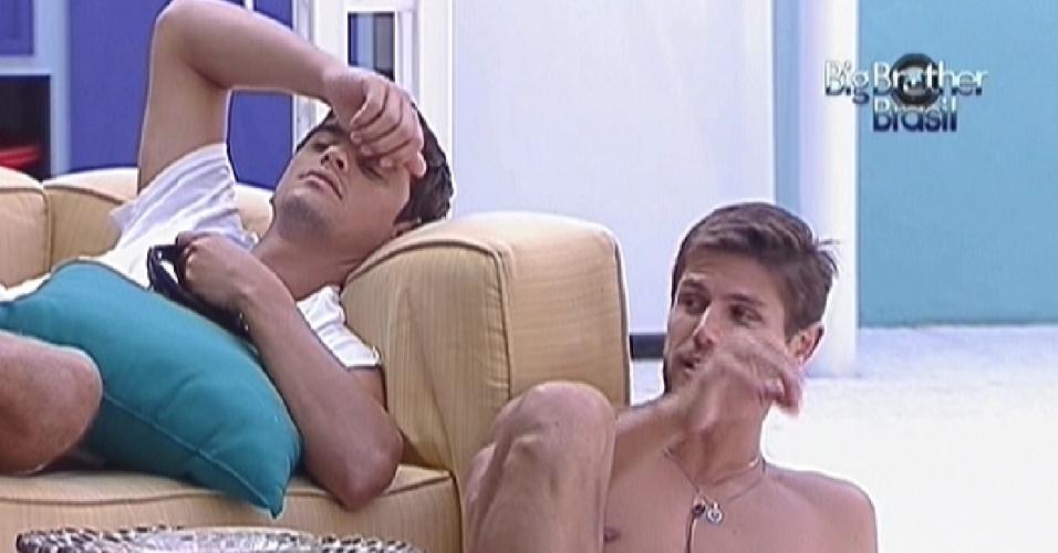 Fael e Jonas trocam provocações na área externa da casa (30/1/12)