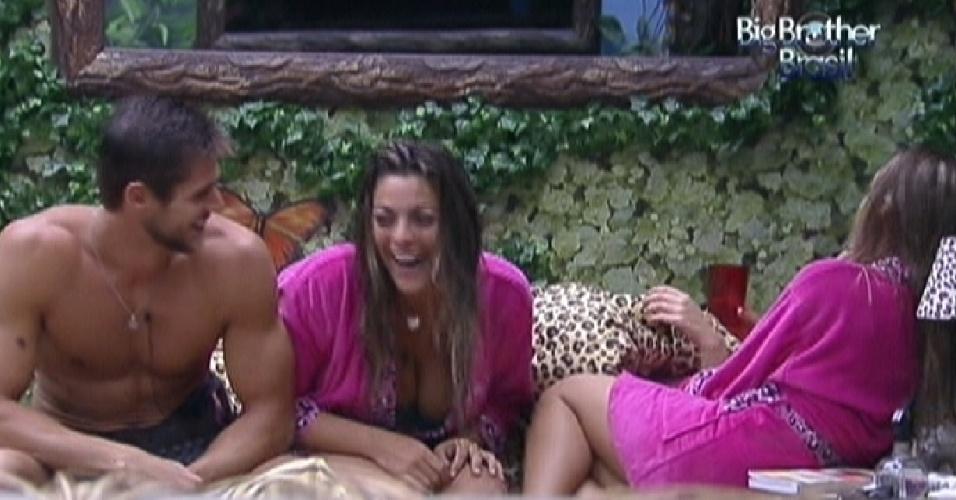 Jonas, Monique e Renata fazem brincadeiras para animar Mayara, que teve ataque de choro no início da noite (30/1/12)