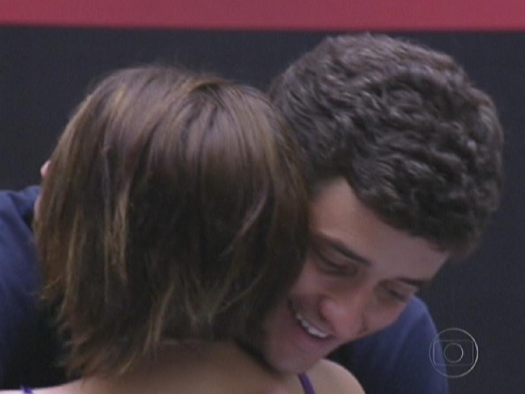Mayara e Fael se abraçam após serem indicados para o terceiro paredão do