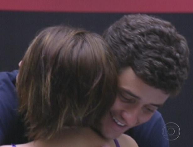 """Mayara e Fael se abraçam após serem indicados para o terceiro paredão do """"BBB12"""" (29/1/12)"""
